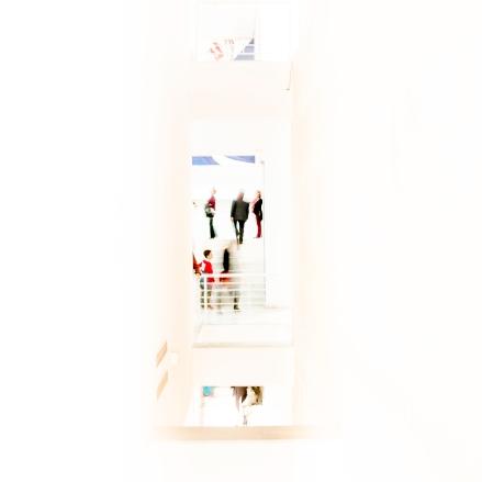 Gente en museo en tonos pastel